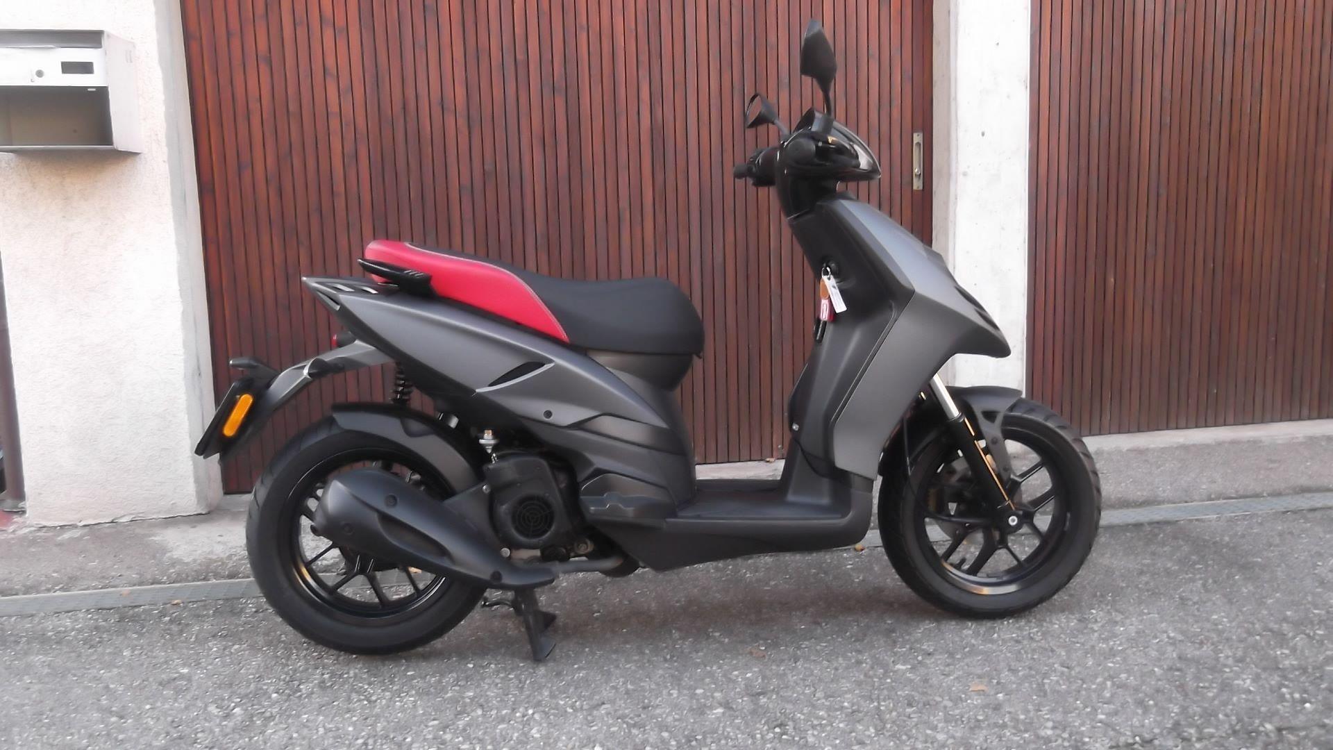 motorrad occasion kaufen aprilia sr 125 motard delta motos. Black Bedroom Furniture Sets. Home Design Ideas